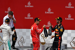 Sebastian Vettel, Ferrari, Valtteri Bottas, Mercedes AMG F1, Daniel Ricciardo, Red Bull Racing celebra