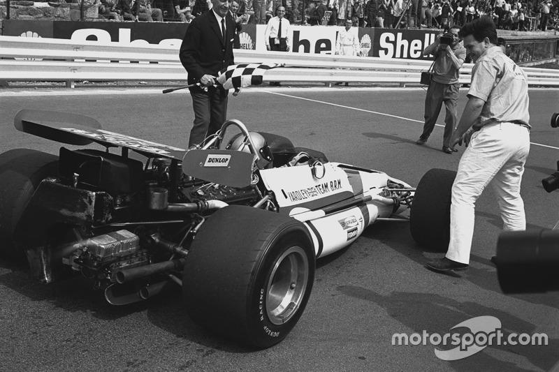 1. Pedro Rodriguez, B.R.M. P153, mit Tim Parnell, Teambesitzer