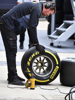 Инженеры Pirelli с шинами
