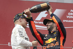 3. Daniel Ricciardo, Red Bull Racing ve yarış galibi Valtteri Bottas, Mercedes AMG F1
