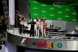 Podio: Tony Walton, Mercedes AMG F1 mecánico; Nico Rosberg, Mercedes AMG F1, segundo; Lewis Hamilton