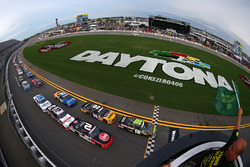 Start: David Ragan, Joe Gibbs Racing Toyota memimpin