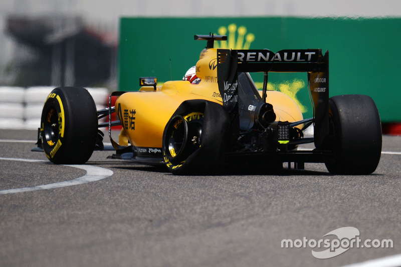 Kevin Magnussen, Renault Sport F1 Team RS16 with a punctured left rear Pirelli tyre