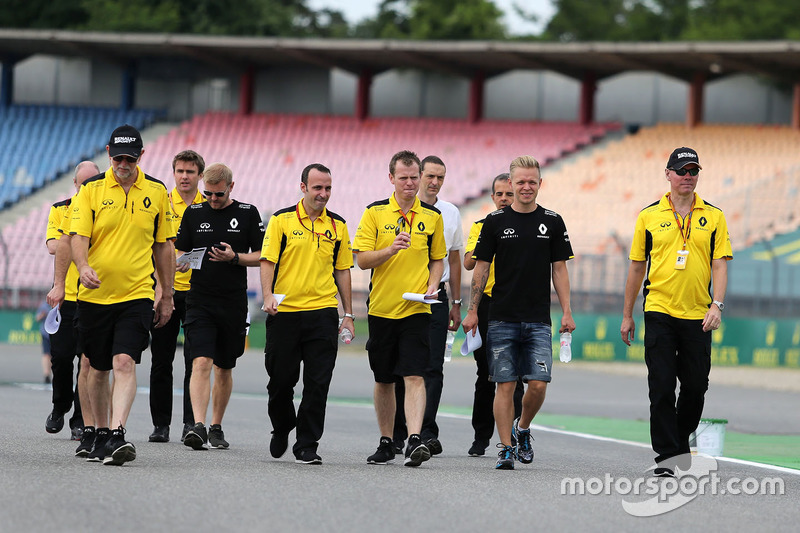 Alan Permane, Renault Sport F1 Team and Kevin Magnussen, Renault Sport F1 Team