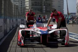 Механики Mahindra Racing и автомобиль Ника Хайдфельда