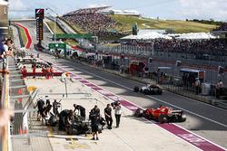 Valtteri Bottas, Mercedes AMG F1 W08, Sebastian Vettel, Ferrari SF70H, Felipe Massa, Williams FW40, pitlerde