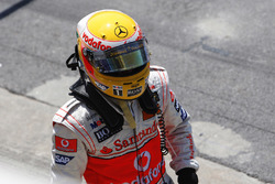 Lewis Hamilton, McLaren MP4-23 se dirige al garaje Mclaren después de su incidente