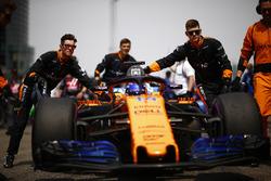 Fernando Alonso, McLaren MCL33 Renault, arrive sur la grille