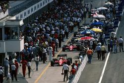 Le Ferrari F186 di Michele Alboreto e Stefan Johansson, percorrono la pit lane