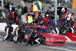 Elliott Sadler, JR Motorsports Chevrolet pit stop