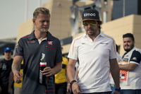 Kevin Magnussen, Haas F1 and Fernando Alonso, McLaren on the drivers parade