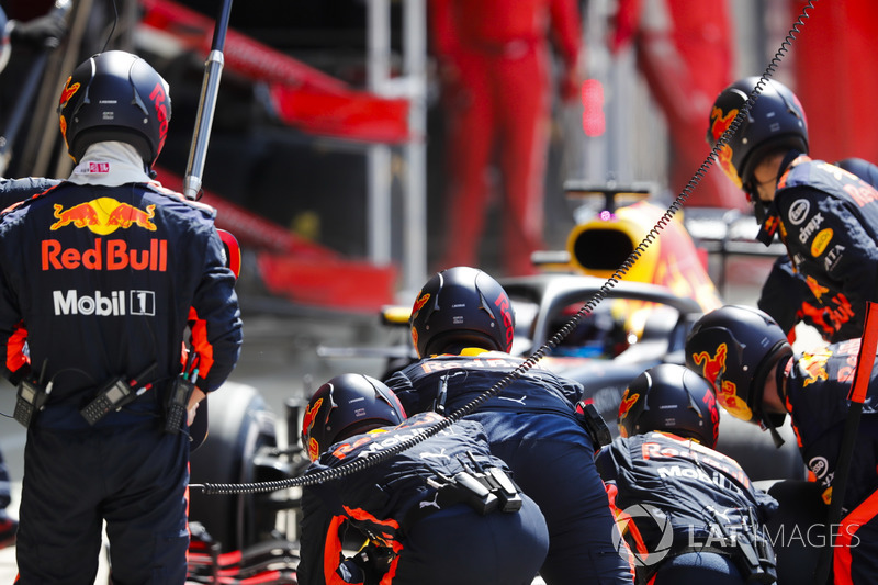 Daniel Ricciardo, Red Bull Racing RB14, s'arrête aux stands
