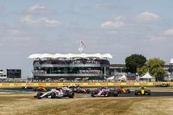 Charles Leclerc, Sauber C37, precede Esteban Ocon, Force India VJM11, e Nico Hulkenberg, Renault Sport F1 Team R.S. 18