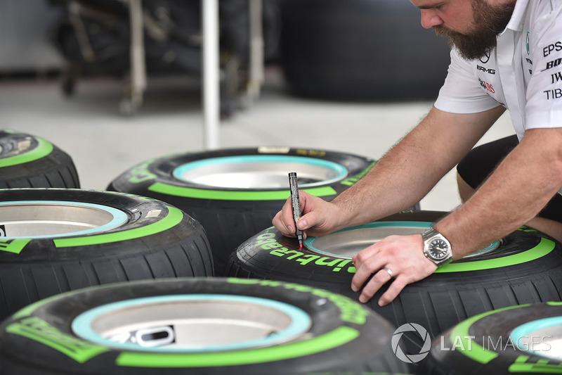 Mercedes AMG F1 mechanic marks Pirelli tyres