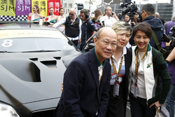 Cao Fei at the car of Augusto Farfus, BMW Team Schnitzer, BMW M6 GT3