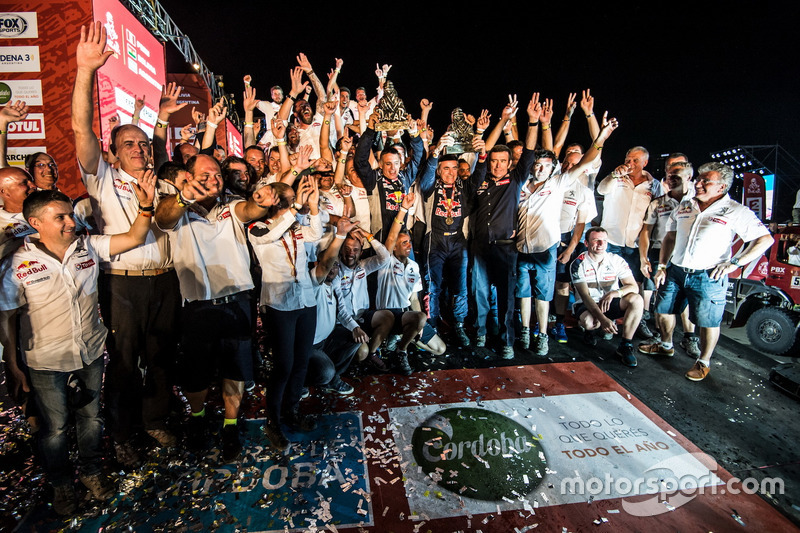 I vincitori #303 Peugeot Sport Peugeot 3008 DKR: Carlos Sainz, Lucas Cruz con il team