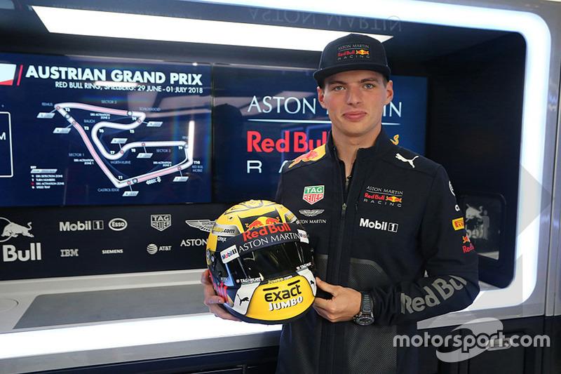 Гонщик Red Bull Racing Макс Ферстаппен со своим шлемом