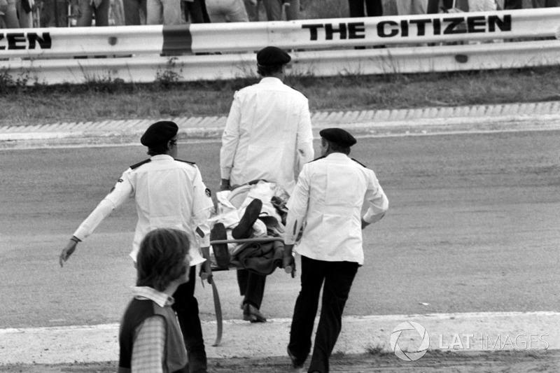 Ambulancepersoneel van St John dragen het lichaam van Tom Pryce, Shadow