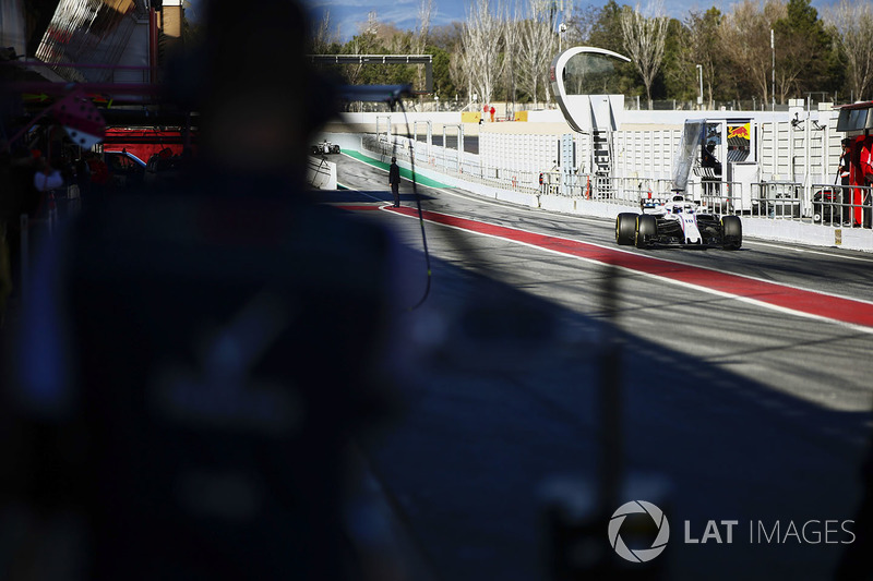 Lance Stroll, Williams FW41, pit stop action