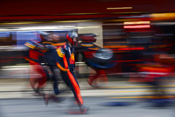 Max Verstappen, Red Bull Racing RB14, pit stop action