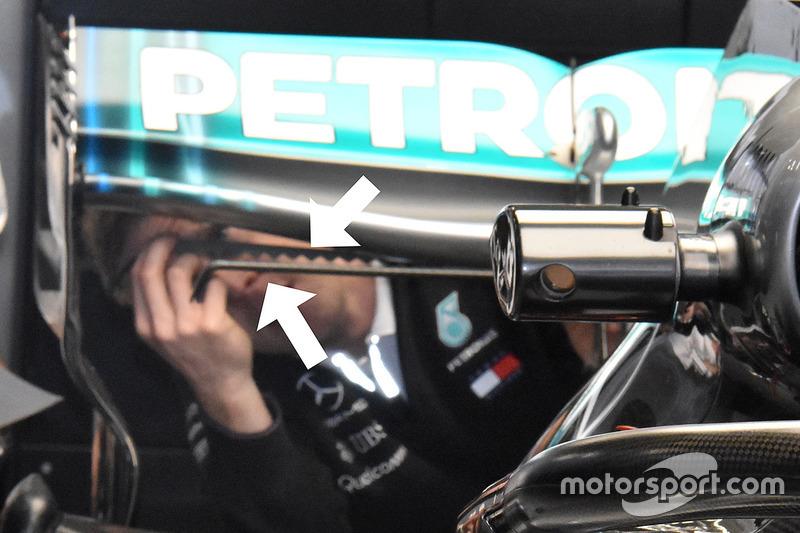 Mecânico coloca uma faixa serrilhada na borda da asa traseira, a fim de turbinar o fluxo de ar e melhorar a eficiência da asa. A Mercedes fez a mesma coisa às vezes em 2016