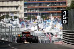 Vonken bij Daniel Ricciardo, Red Bull Racing RB12