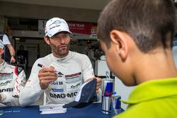 Porsche Team: Mark Webber signs a hat for a young fan