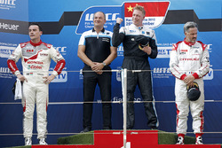 المنصة: الفائز بالسباق ثيد بيورك، فولفو، المركز الثاني نوربرت ميشيلز، هوندا، المركز الثالث إيفان مول