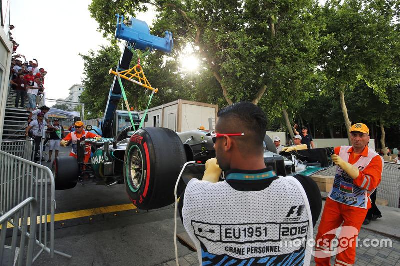 El Mercedes AMG F1 W07 Hybrid de Lewis Hamilton, Mercedes AMG F1 después que se  estrelló y quedó fuera de clasificación
