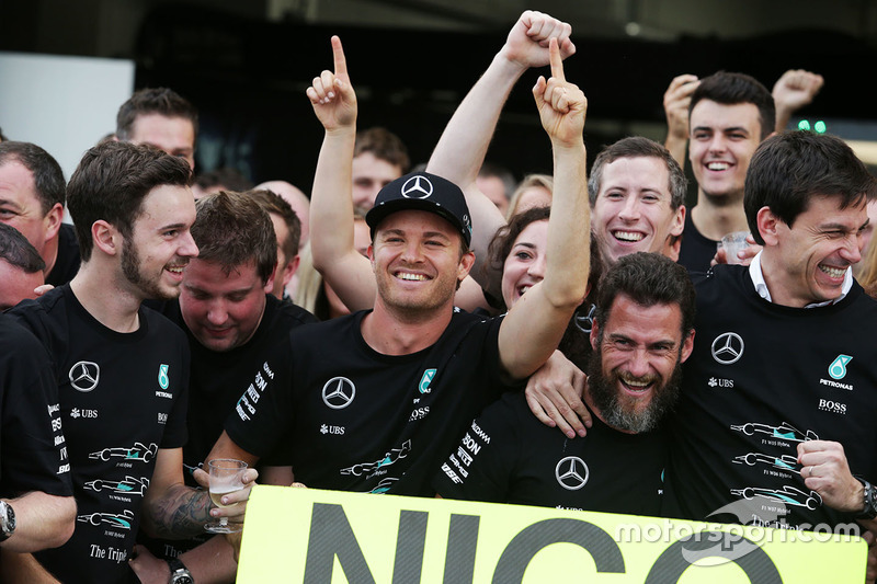 Race winner Nico Rosberg, Mercedes AMG F1 celebrates the Constructors' title with Toto Wolff, Merced