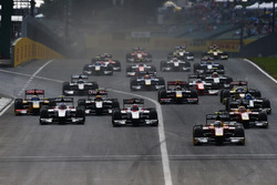 Jordan King, Racing Engineering leads the field into turn 1
