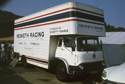 Le camion Hesketh Racing dans le paddock