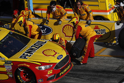 Joey Logano, Team Penske Ford Fusion, pit stop