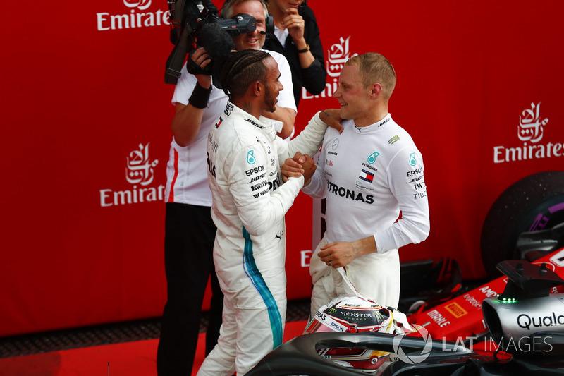 Lewis Hamilton, Mercedes AMG F1, es felicitado por Valtteri Bottas, Mercedes AMG F1