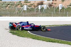 Brendon Hartley, Scuderia Toro Rosso STR13, comes off track