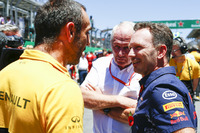 Управляющий директор Renault Sport F1 Сириль Абитбуль, спортивный консультант Red Bull Хельмут Марко и руководитель Red Bull Racing Кристиан Хорнер