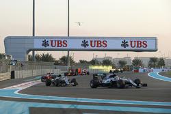 Lewis Hamilton, Mercedes F1 W07 Hybrid, voor Nico Rosberg, Mercedes F1 W07 Hybrid, en Kimi Raikkonen, Ferrari SF16-H