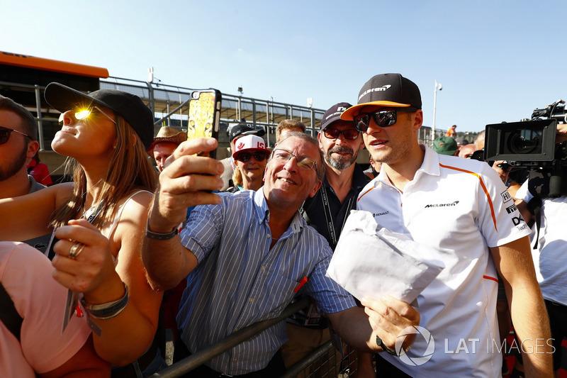 Stoffel Vandoorne, McLaren, con dei tifosi