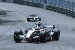 Kimi Raikkonen, McLaren MP4-20 y Fernando Alonso, Renault R25