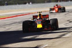Max Verstappen, Red Bull Racing RB13, franchit la ligne devant Kimi Raikkonen, Ferrari SF70H