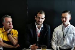 Bob Bell, Renault Sport F1 Team Teknik Şefi; Tommaso Volpe, INFINITI Global Motorsporları Direktörü