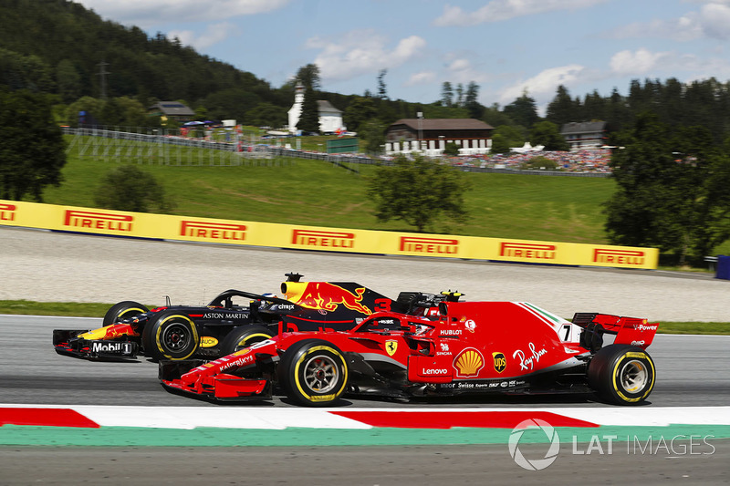 Daniel Ricciardo, Red Bull Racing RB14, battles Kimi Raikkonen, Ferrari SF71H