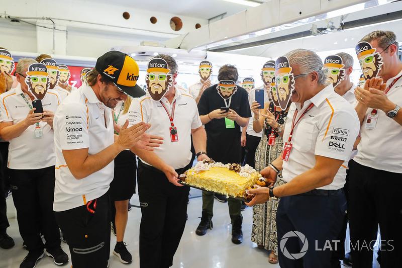 Fernando Alonso, McLaren, recibe una tata de cumpleaños por parte de su equipo