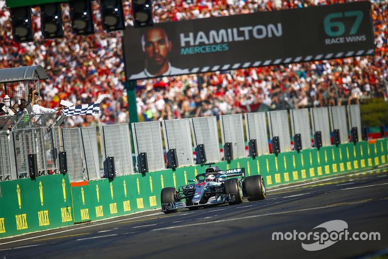 Soberano na pista, Lewis Hamilton cruzou a linha de chegada mais de 17 segundos à frente de Vettel para conquistar sua quinta vitória na temporada, 67ª na carreira e entrou em férias na liderança do campeonato, 24 pontos à frente do alemão