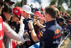 Christian Horner, Red Bull Racing Takım Patronu, imza dağıtıyor
