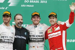 Podio: segundo lugar Lewis Hamilton, Mercedes AMG, James Waddell, técnico de Mercedes AMG F1, Ganador de la carrera Nico Rosberg, Mercedes AMG, tercer lugar Sebastian Vettel, Ferrari