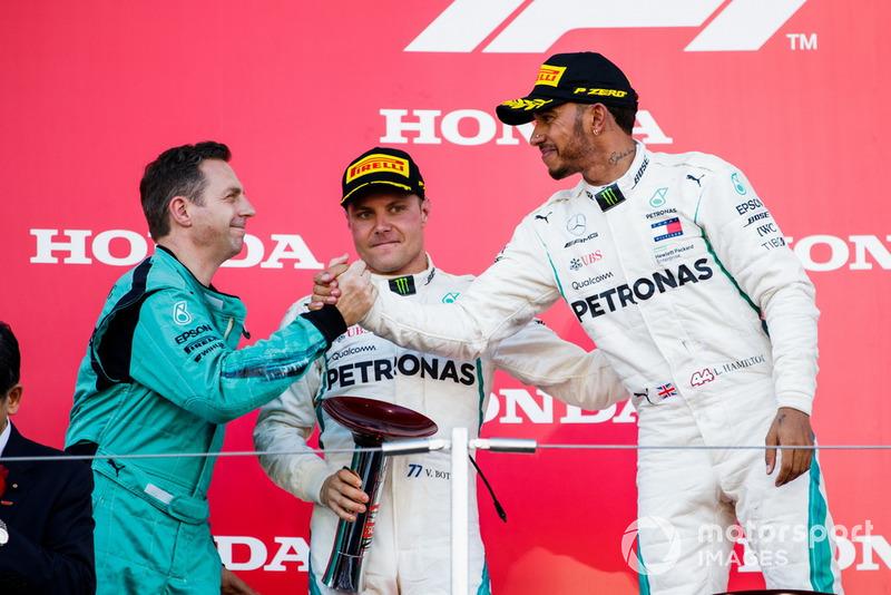 Il secondo classificato Valtteri Bottas, Mercedes AMG F1, e il vincitore della gara Lewis Hamilton, Mercedes AMG F1, sul podio