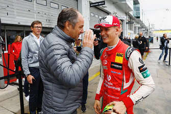 Mick Schumacher en el Mercedes-AMG C63 DTM with Gerhard Berger, ITR Chairman