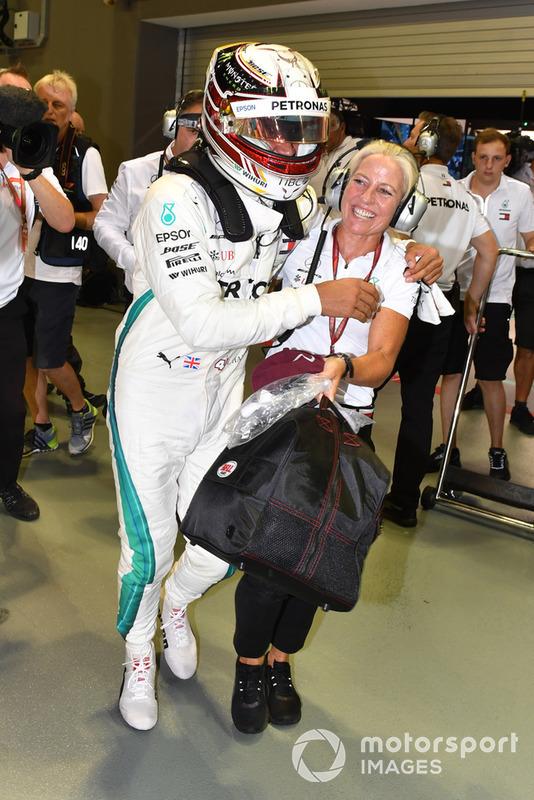 Il poleman Lewis Hamilton, Mercedes AMG F1, festeggia nel parco chiuso con Angela Cullen, addetta stampa e fisioterapista