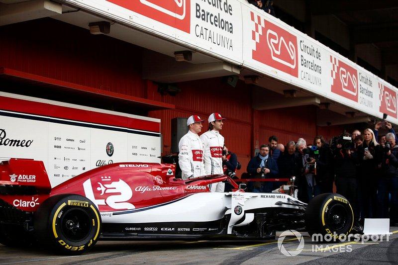 Kimi Raikkonen, Alfa Romeo Racing et Antonio Giovinazzi, Alfa Romeo Racing avec la nouvelle Alfa Romeo Racing C38